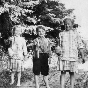 1914 Ethel, Theland, and Leone Kraiger holding geoducks dug at Richmond Beach