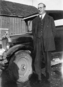 1932-12-25 Will Kraiger by his Star car next to Morton's barn