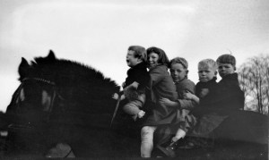 1933 Plow horse Queenie, with Robert crying, Merna, Roald, Norman, Donald