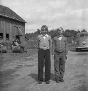 1942 ca Roald, Norman, chickena coop in bkg, three kids on barrels