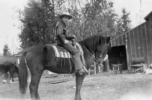1943 Roald Hansen on horse